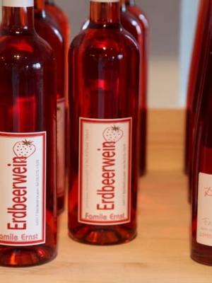 Erdbeerwein zum Verkauf von Erdbeerland Ernst & Funck im Hofladen