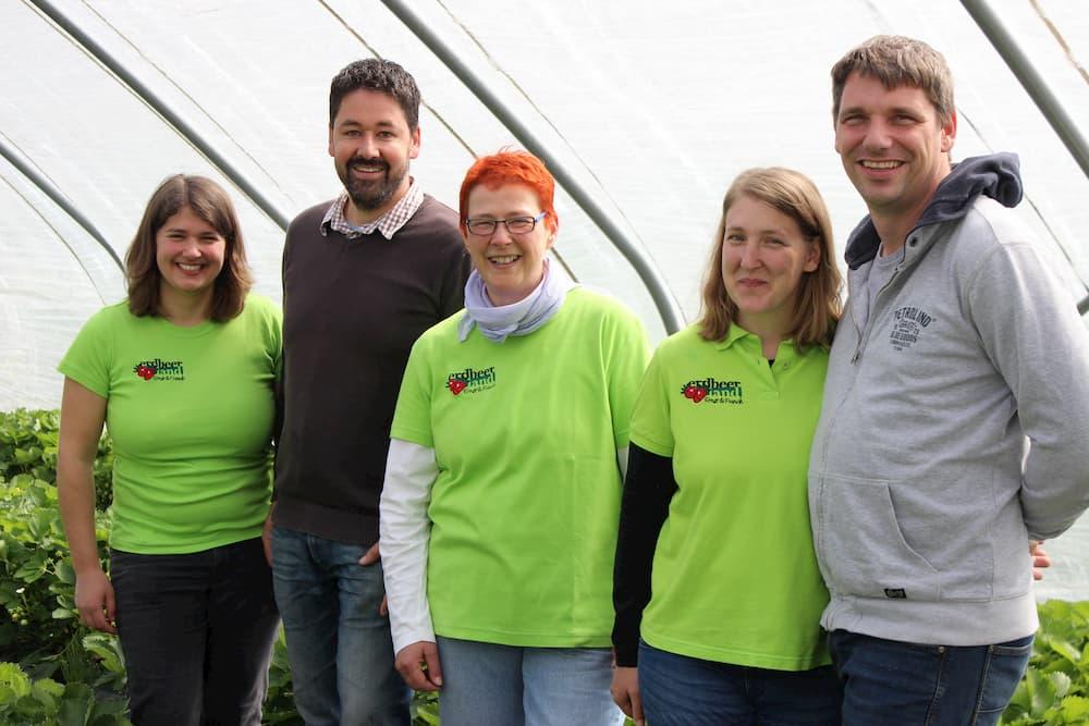 Das Team vom Erdbeerland in einem Erdbeertunnel Erdbeerland Ernst & Funck