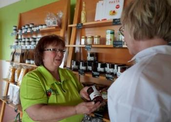 Kundin kauft Erdbeermarmelade im Saarland Erdbeerland Ernst