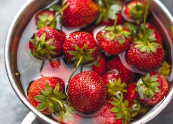 frische-erdbeeren-waschen